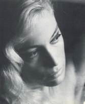 Moana Pozzi in un ritratto in bianco e nero