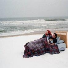 Una romantica e spettacolare immagine dei protagonisti di Se mi lasci ti cancello