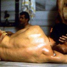 Alessandro Gassman, di spalle, in una scena de Il bagno turco