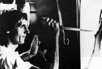 Dario Argento sul set di Phenomena, prova la terrificante scena iniziale