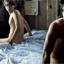 Gael Garcia Bernal e Diego Luna in una scena piccante di Y tu mamà tambien