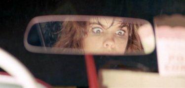 Lo sguardo terrorizzato di Alexandra Paul in una drammatica scena di Christine
