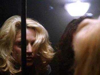 Madonna ed Harvey Keitel (nascosto) in una scena di Occhi di serpente