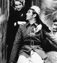 Marlene Dietrich con Gary Cooper in una scena di Marocco