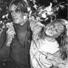 Amy Steel e John Furey si sorreggono a vicenda in una scena del secondo episodio di Venerdì 13