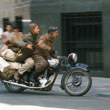 Gael Garcia Bernal e Rodrigo de la Serna in una scena de I diari della motocicletta, 2004