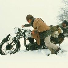 Gael Garcia Bernal e Rodrigo de la Serna in una scena della biopic I diari della motocicletta