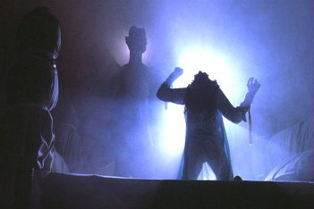 LInda Blair, di spalle, in una scena de L'esorcista