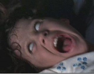 Linda Blair in una spaventosa scena de L'esorcista