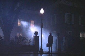 Max von Sydow davanti alla casa della piccola indemoniata de L'esorcista