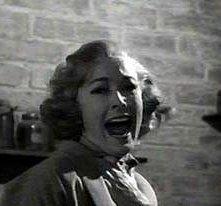Vera Miles fa una macabra scoperta, in una scena di Psycho