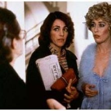 Chus Lampreave (di spalle) Carmen Maura e Veronica Forquè in una scena di Che ho fatto io per meritare questo?