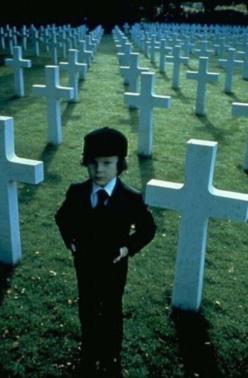 Il piccolo Harvey Stephens nel ruolo del diabolico Damien Thorn ne Il presagio