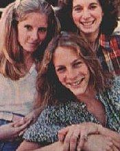 Le tre protagoniste di Halloween in una foto promozionale: Jamie Lee Curtis, P. J. Soles e Nancy Kyes