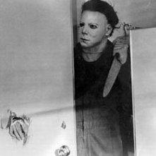Nick Castle nei panni di Michael Myers in una scena del thriller Halloween