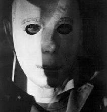 Nick Castle sotto la maschera di Michael Myers in una foto promozionale per Halloween