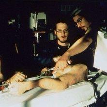 Darren Aronofsky controlla il funzionamento degli effetti speciali sul set di Requiem for a Dream