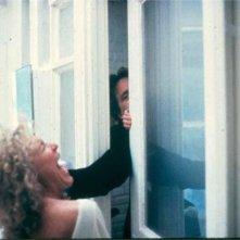 Michael Douglas (seminascosto, dietro la porta) e Glenn Close in una scena di Attrazione fatale