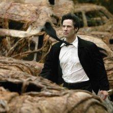 Keanu Reeves in una scena di Constantine (2005)