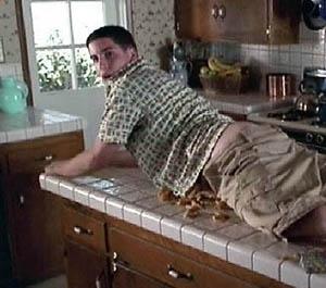Jason Biggs in una scena imbarazzante di American Pie