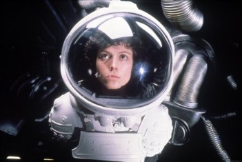 Sigourney Weaver in una sequenza di Alien