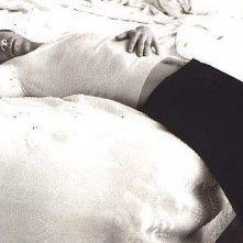 Mark Wahlberg disteso su un letto