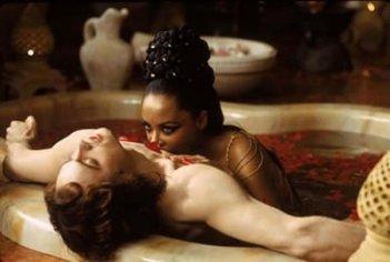 Aaliyah con Stuart Townsend in una scena de La regina dei dannati