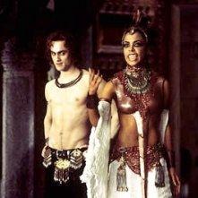 Aaliyah e Stuart Townsend in una immagine de La regina dei dannati