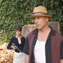 Bruce Willis e Amanda Peet in una scena del film FBI: Protezione testimoni 2