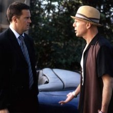 Bruce Willis e Matthew Perry in una scena del film FBI: Protezione testimoni 2
