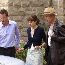 Bruce Willis, Matthew Perry e Amanda Peet in una scena del film FBI: Protezione testimoni 2