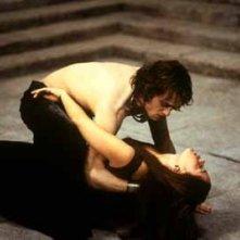 Stuart Townsend con Marguerite Moreau in una scena de La regina dei dannati