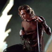 Stuart Townsend in una scena del vampire movie musicale La regina dei dannati