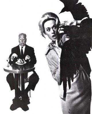 Alfred Hitchcock e Tippi Hedren in una simpatica immagine promozionale per Gli uccelli