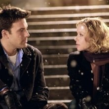 Ben Affleck e Christina Applegate in una scena del film Natale in affitto