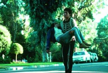 Jake Gyllenhaal tiene Jena Malone tra le braccia in una scena di Donnie Darko