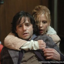Jason Behr e Sarah Michelle Gellar in una scena di The Grudge
