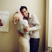Atta Yaqub e Eva Birthistle in una scena del film Un bacio appassionato di Ken Loach