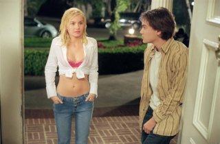 Emile Hirsch e la sexy Elisha Cuthbert in una scena del film La ragazza della porta accanto