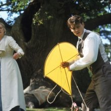 Johnny Depp e Kate Winslet in una scena del film neverland - Un sogno per la vita