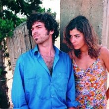 Romain Duris e Lubna Azabal in una scena del film Exils