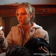 Sarah Michelle Gellar in una sequenza di The Grudge