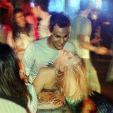 Atta Yaqub e Eva Birthistle ballano in una scena del film Un bacio appassionato