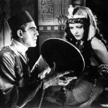 Boris Karloff e Zita Johann in una scena di La Mummia