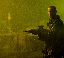 Christopher Eccleston in una scena di 28 giorni dopo