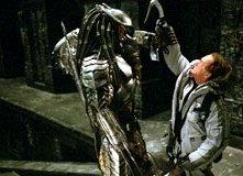 Lance Henriksen lotta in una scena di Alien Vs. Predator