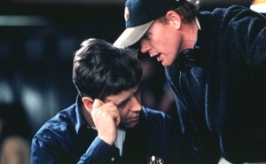 Russell Crowe e il regista Ron Howard sul set del film A Beautiful Mind