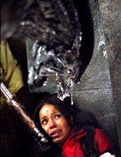 Saana Lathan in una scena di Alien Vs. Predator