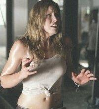 Jessica Biel in una scena del remake di Non aprite quella porta