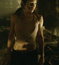 Jessica Biel in una scena di Non aprite quella porta